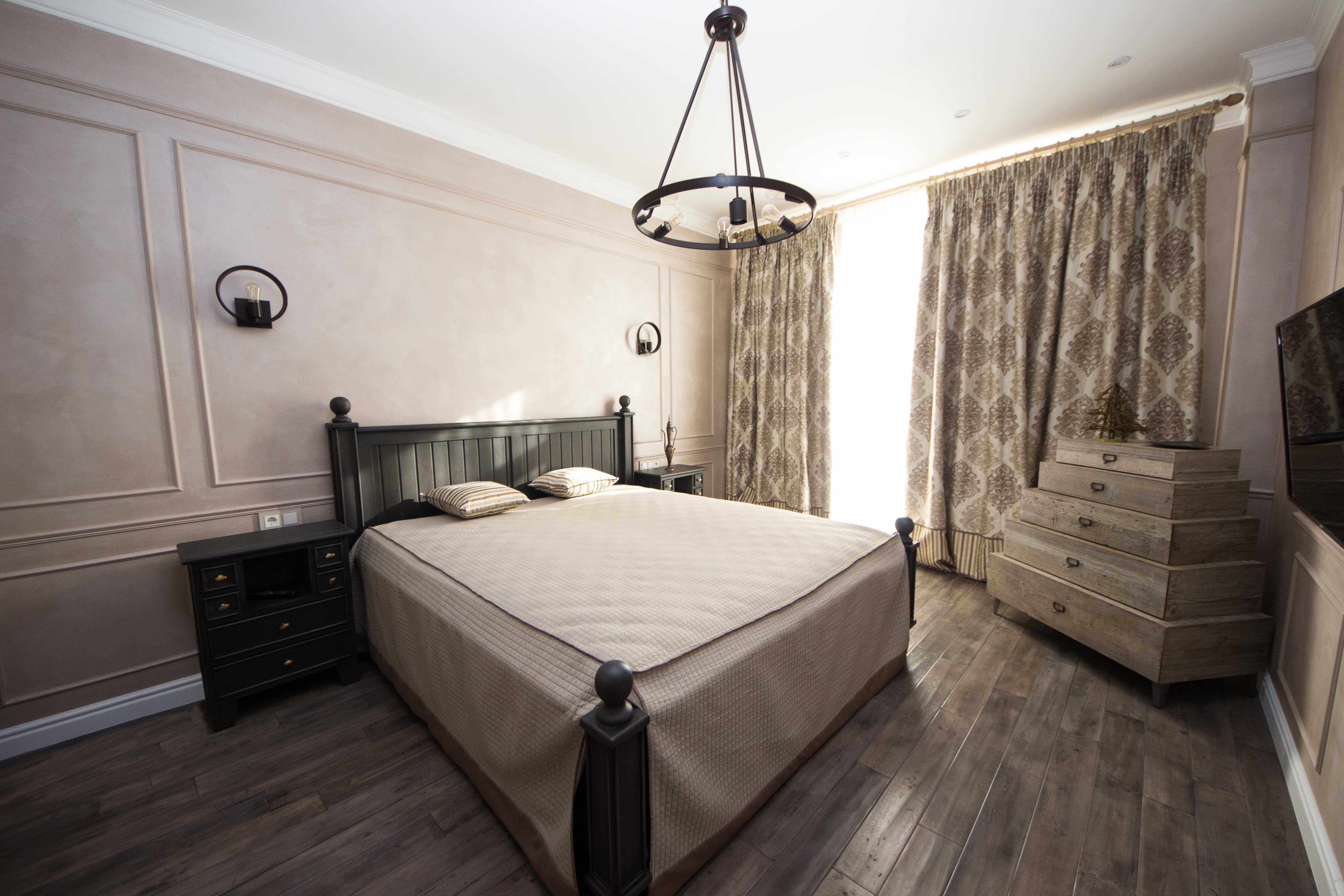 дизайн гостевой комнаты с большой кроватью