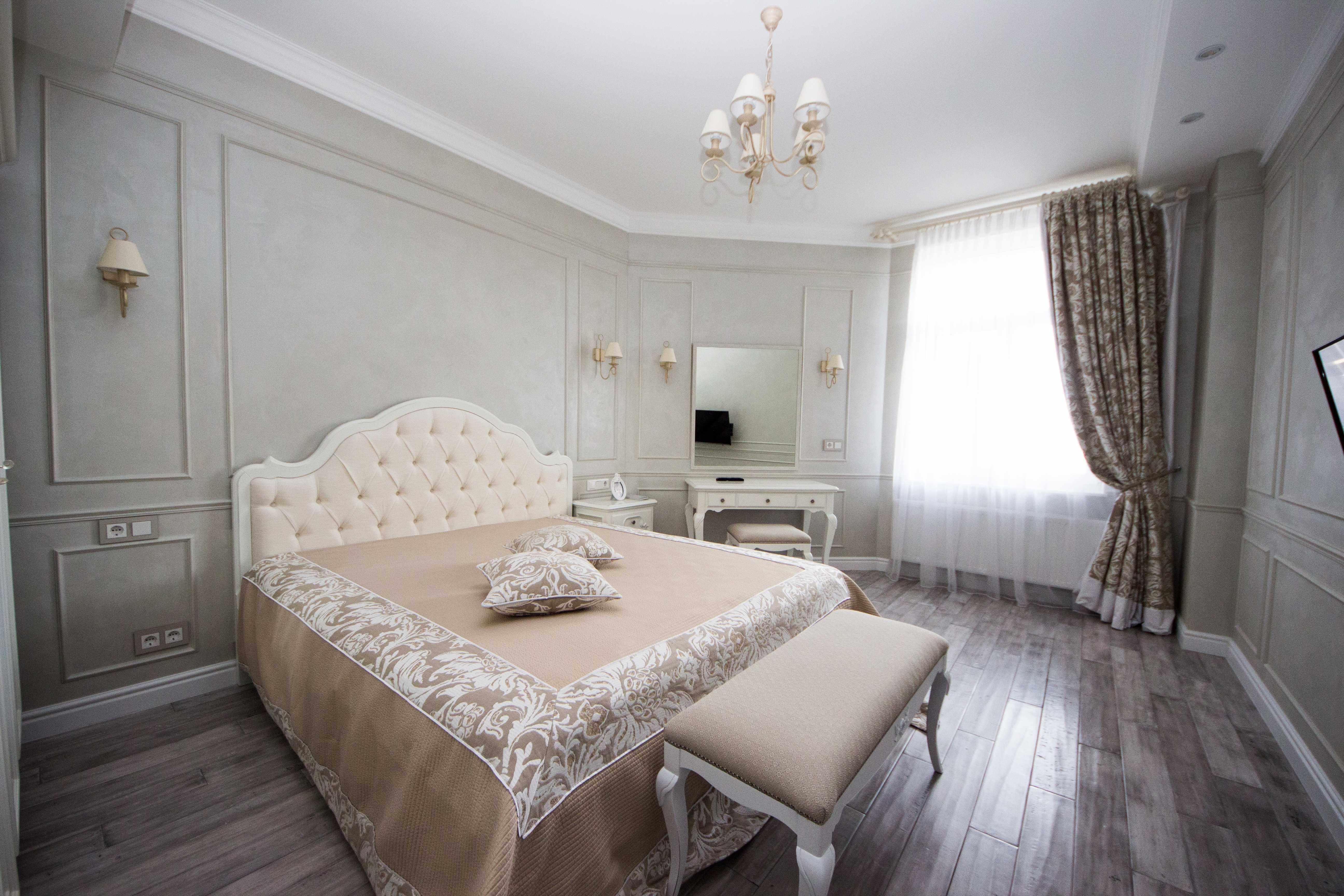 дизайн просторной спальни в светлых тонах