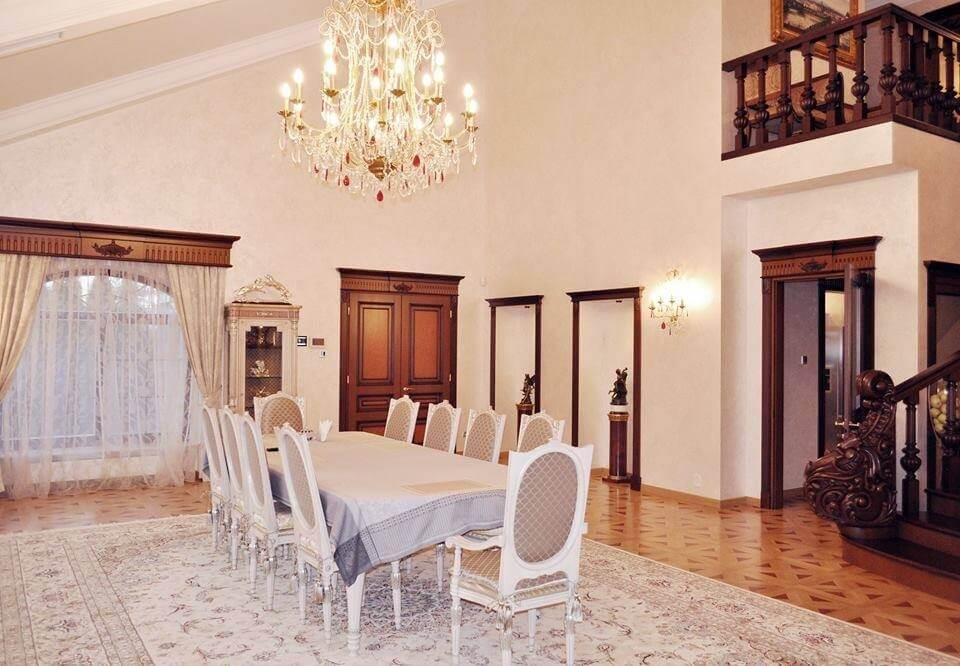 обеденный зал в коттедже в классическом стиле