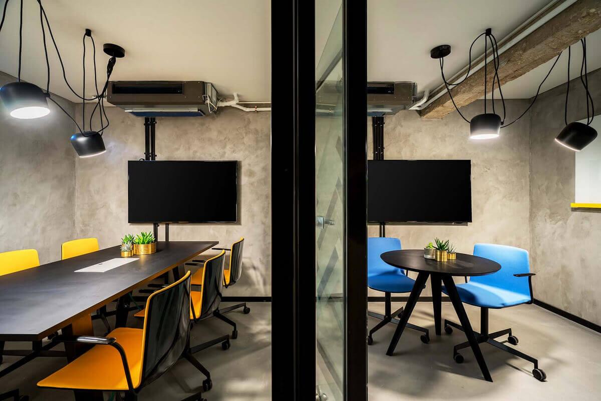 стильный дизайн переговорной в офисе