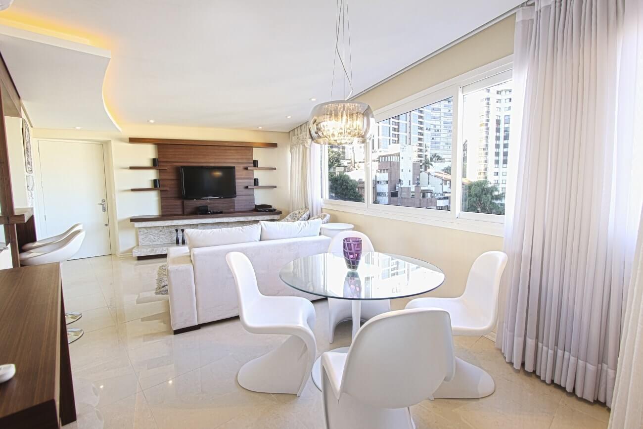 общий зал в четырехкомнатной квартире